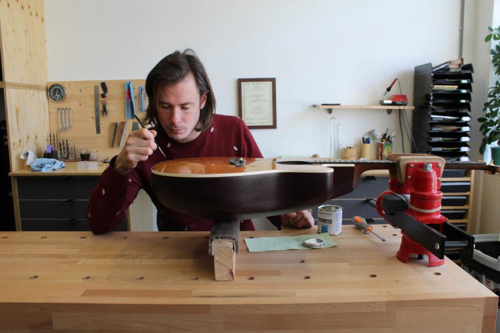 Zandbergen Gitaar doet gitaarreparatie